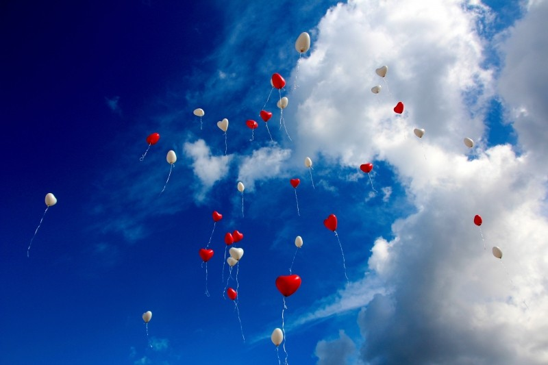 balloons-in-cloudy-sky